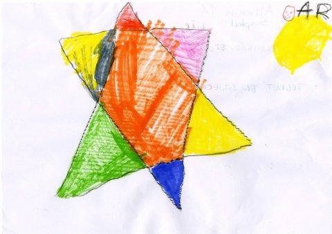 stjerne: Aileen Skogstad (6 år), som går på Blomhaug SFO i Gjøvik, har tegnet denne fargerike stjerna. Tusen takk for flott tegning Aileen!