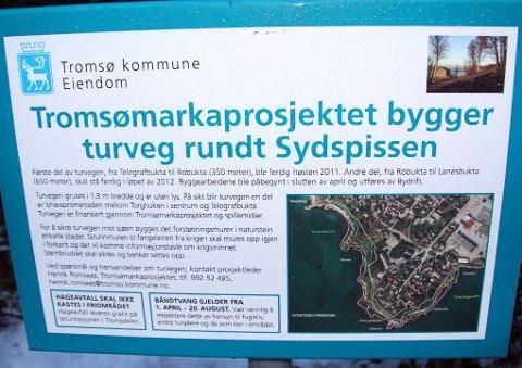 SKILT: Ifølge skiltet skulle vegen vært ferdig bygd i 2012. Foto: Stian Saur