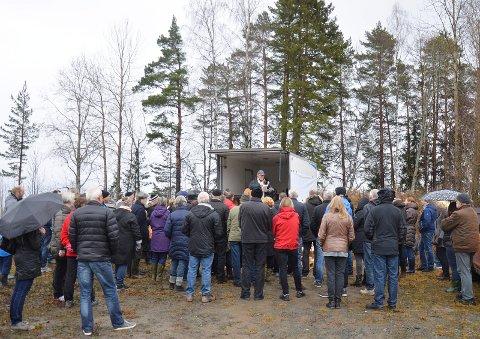 MØTTE FRAM: Rundt 60 personer møtte fram til boklansering i duskregnet over tomta til tidligere Folkets Hus på Kalvsjø.