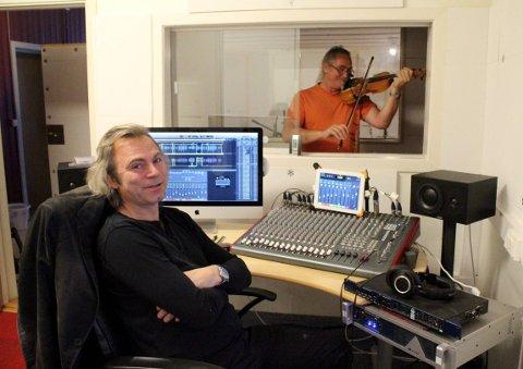 Rune Skaren (t.v.) styrer spakene og sørger for at alt det tekniske fungerer. Bård Kristiansen tar seg av den administrative delen av både lydstudioet og plateselskapet.