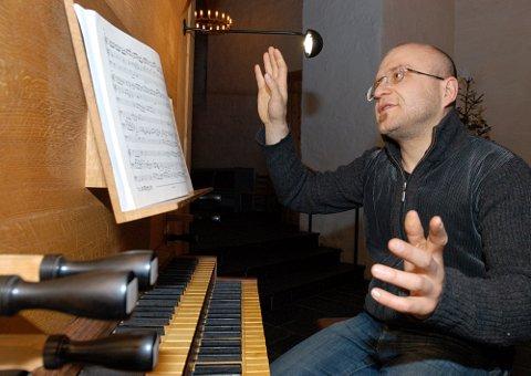 ENTUSIASTISK: Ivan Sarajishvili har vært veldig opptatt av å rute opp orgelparken på Hadeland. Dette er an mann som kan snakke om orgel med hele kroppen.