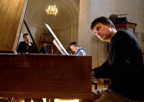 FORTSETTER:  Vi kommer nok til å fortsette med de neste CD-innspillingene her i kirken, sier Hans Knut Sveen, som her spiller cembalo.