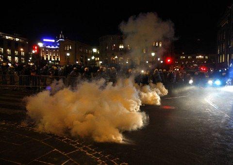 Oslo-politiet møtte mannsterkt frem og tok i bruk tåregass  for å holde motdemonstranter unna under en støttedemonstrasjon for Israel utenfor Stortinget (08.01.2009).