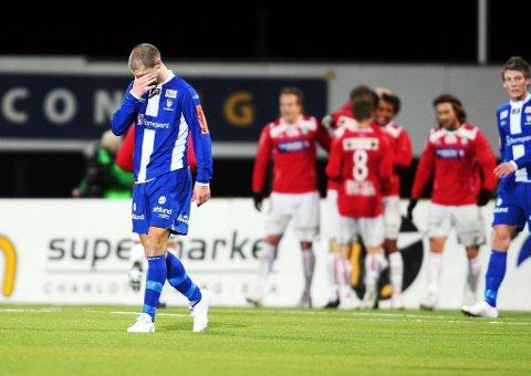 Joachim Jørgensen hos Sarpsborg 08 skjønner at det blir tungt å hente inn Kongsvingers ledelse. I bakgrunnen glade hedmarkinger.
