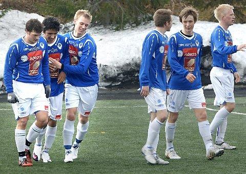 SCORET: Roholla Iqbalzadeh (nummer to fra venstre) har laget 1-0 til hjemmelaget og blir gratulert av Tony Rene Johansen, Andreas Jensen, Andreas Skog, Lasse Rossvoll og Markus Brandth.