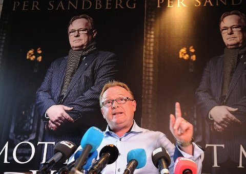 loddar stemninga: Det kan verke som om Per Sandberg har løfta fingeren opp i lufta for å finne ut kva veg vinden bles. I alle fall er det mange faktafeil i kapittelet om Svelgen. Her frå lanseringa av boka tidlegare i haust.   Foto: Terje Pedersen, ANB
