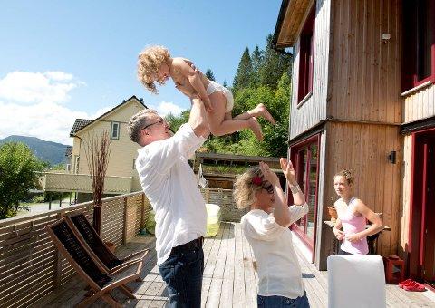 Familien har ikke store, typiske norske bursdagsbesøk. ? Besteforeldrene deres setter penger inn på en konto som barna kan åpne når de blir eldre. Det må være et formål med pengene, førerkort eller en reise, sier pappa Frank.