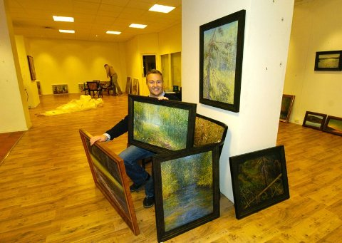 NATURBILDER: Rælingskunstneren Tore Hogstvedt er glad for endelig å få stille ut mange av sine oljemalerier midt i Lillestrøm sentrum, på utstillingen som åpner i Galleri 2000 i dag.ALLE FOTO: GEIR EGIL SKOG