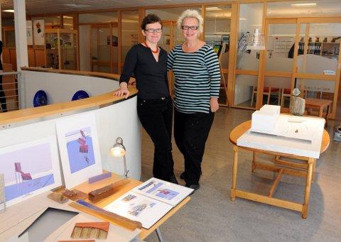 finalister: Finalistene Ulla-Mari Brantenberg og Æsa Björk Thorsteinsdòttir satte i går opp mod eller av sine skulpturforslag i vinduet hos Totens Sparebank på Gjøvik. Avstemningen starter i dag.FOTO: HENNING GULBRANDSEN