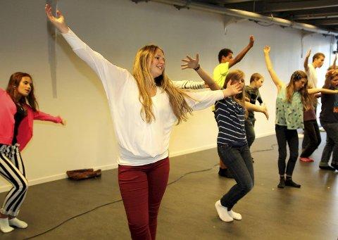 Celia Solend (13) gleder seg til hver øving på «Gatenes Helter» som er det første på programmet på det nye Cornerteateret.