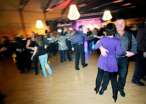 LIVLIG: Det er livlig på dansegulvet når dansemusikkfansen svinger seg. foto: inge fjelddalen