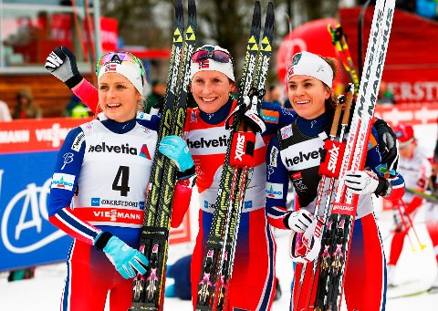 TOPP-3: Heidi Weng (t.h.) slo Therese Johaug (t.v.) i spurten på søndagens klassiske jaktstart og er fortsatt nummer to i sammendraget. Marit Bjørgen (midten) leder fortsatt.