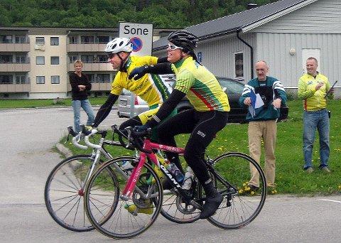Knut Ottar Eide (t.v) og Hugo Strand holdt rundt hverandre over målstreken og delte seieren i Polarsirkelrittet.  Foto: Eskil Furunes