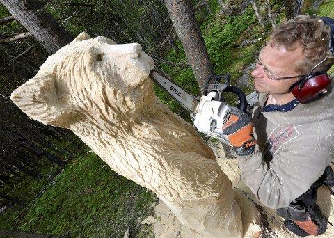 Bjørneskogen: 15 store og små bjørner lurer i furuskogen på Glittersjå Fjellgård i Heidal. Bamsene er laget av årets verdensmester i figurskjæring med motorsag, Oliver Vogt fra Jørpeland.