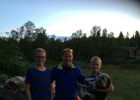 Roy-Henning Slåen Rudberg (i midten) er redningsmannen som fikk begge guttene til Rune Kristiansen trygt frem til hytte til tross for bilkollaps. Foto: Privat