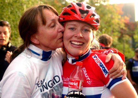 Ingrid Bøe Jacobsen blir gratulert av moren Toril Bøe.