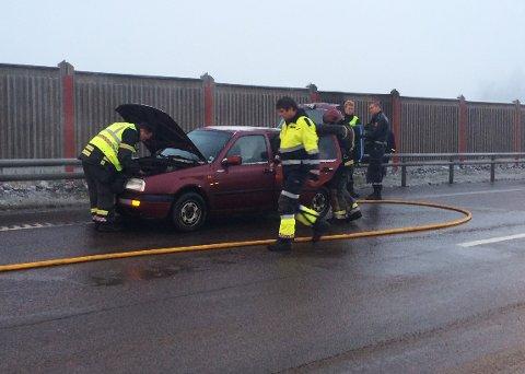 Slokker: Bilen skal stå like øst for Askimporten, og brannvesenet er på stedet.