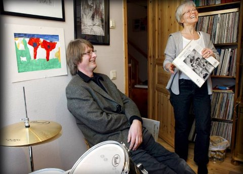 JAZZPAR Marit Sandvik og Øystein Norvoll har LP-plater i samtlige etasjer. Her fra samlingen i 2.etasje. I hånda har Marit den aller første nordnorske jazzplata, «Notice» med gitarist Thorgeir Stubø.