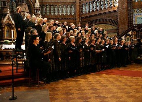 Oslo Bach-kor, Con Vocale fra Grenland, samt baryton Trond Halstein Moe og mezzosopran Ingebjørg Kosmo fremførte Iver Kleives Requiem i Skien kirke i går kveld. Konserten var en del av den årlige brassfestivalen i Grenland.
