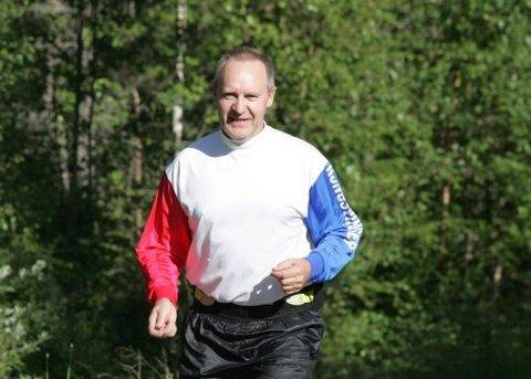 UTE PÅ TUR:  Paul Tommy Helledal er klar for sitt livs største utfordring i maratonløypa rundt Sæter Gård.