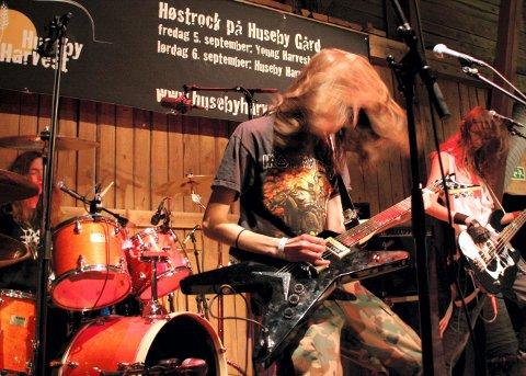 HEFTIG: Metalbandet, Maggot Farm, spilte så håret flagret. ? Vi er en powertrio, sa vokalist og bassist Erik Uttakleiv.