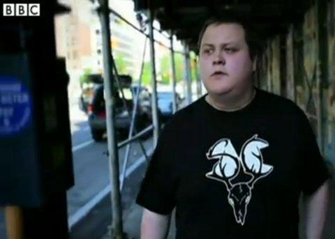 """Nils Rune """"Slincraze"""" Utsi filmet i New York. Skjermdump fra BBC."""