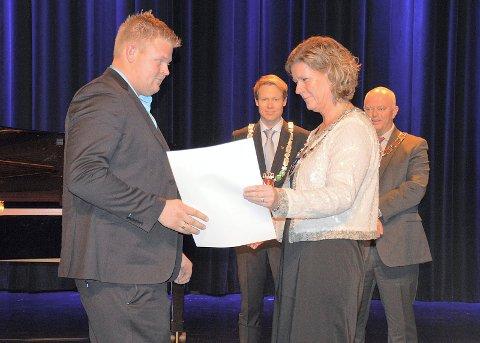 TØMRERFAGET: Kristoffer Brørby fra Jevnaker mottar diplom fra ordfører Hilde Brørby Fivelsdal.