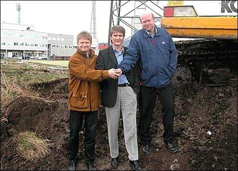 Arne Vinje, Gunnar Carlsen og Terje Strand er fornøyd med å ha kommet til enighet om ny plass til Grand-hytta og den gamle pausegarderoben. Forrige mandag startet gravearbeidet og i løpet av et par ukers tid vil hytta og garderoben være plassert på sine nye plasser.