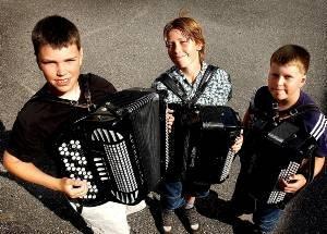 TIL NM: Knut Norgård Berntsen (13), Mikael Rønningen (12) og Lars Norgård Berntsen (11) er deltagere i NM i trekkspill som begynner i Tromsø neste uke.