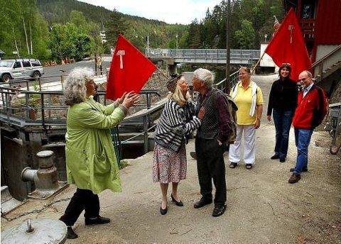I AKSJON: Regissør Sylvia Salvesen gir noen tips til Turid Elvenes Haugerud og Kjell Tollefsen. Bak fra venstre følger Gitte Jensen, Gina Riis og Lars Engh spent med.
