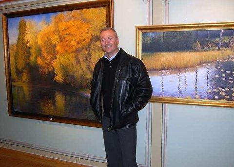 Anerkjent kunstner: Tore Hogstvedt, opprinnelig fra Siljan, har separatutstilling på Klokkergården i Svarstad denne helgen. Her står han mellom to av sine malerier,  «Vigelandsparken» og «Vannliljer».