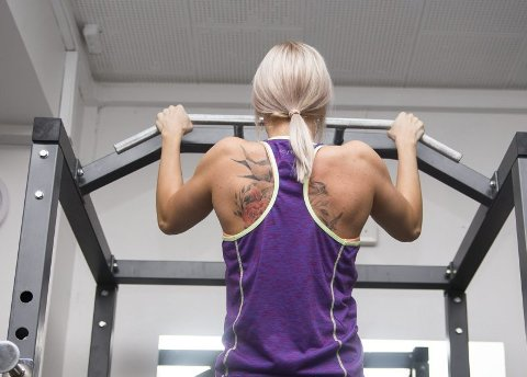 Sterk vilje. Det skal mye styrke til for å klare å heise sin egen kroppsvekt slik som dette. Silje-Helen har trent tung styrketrening i flere måneder, og syns det er gøy å se så stor framgang og hva kroppen er i stand til.