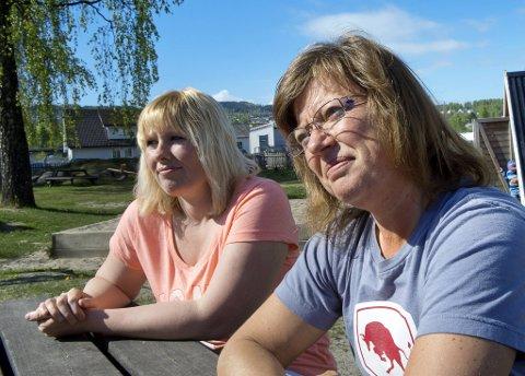 Døv og Tunghørt ansatt: Henriette K. Thorstensen (f.v.) som er døv, og Eva Espeseth Lund som er tunghørt og CI-operert, har bidratt til å gi Viken barnehage mye kompetanse på kommunikasjon på tvers av hørselsevne.