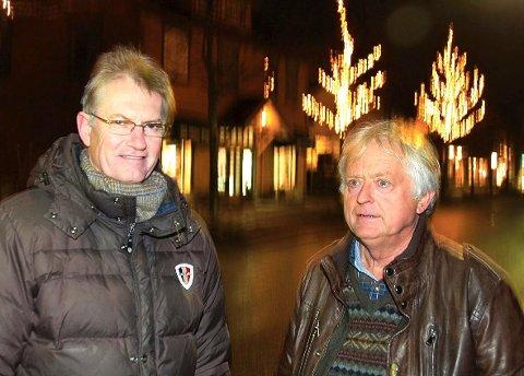 Testet lyset: Hokksund Gårdeierforening ved Sigmund Løkensgard (t.v.) og Ole Jørgen Smedsrud sier seg godt fornøyd med prøveopphenget med lys på en del av den nye vintergata, før den store dagen i dag.