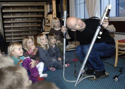 Hm. Mye merkelig lyd i dette spesialkomponerte instrumentet. Audun Eriksen har ungenes fulle oppmerksomhet.  Foto: Øyvind Bratt