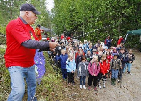 Demonstrasjon: Harald Rinden demonstrerte forskjellige teknikker før han slapp ungene løs ved fiskevannet. Bilder: KJELL R. HERMANSEN