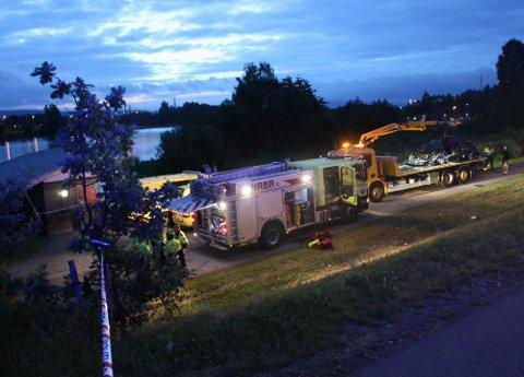 IDENTIFISERT: Politiet har nå en sikker identitet på de to mennene som omkom i ulykken ved Nitelva natt til onsdag. Politiet mener bilen de to estiske statsborgerne i 30-årene kjørte har holdt en fart som er for høy til at fotoboksen i Rælingstunnelen kan ha registrert den. Foto: Rune Bernhus