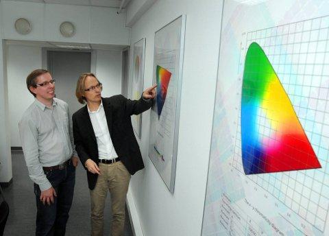 NOK ET PROSJEKT: Fargekunnskapen ved HiG var avgjørende for at høgskolen slo kloa i nok et forskningsprosjekt i går, kan Marius Pedersen (t.v.) og Morten Irgens fortelle.Foto: Henning Gulbrandsen