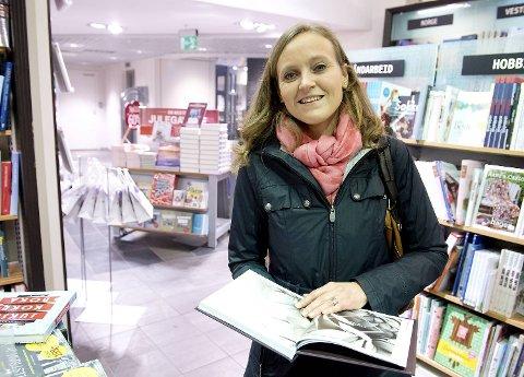 Et av målene til kommunikasjonssjef Mette Nygård Havre i BIR er å handle mindre klær. Her ser hun i Jenny Skavlans bok «Sy om» som handler om hvordan man kan gi gamle klær nytt liv.