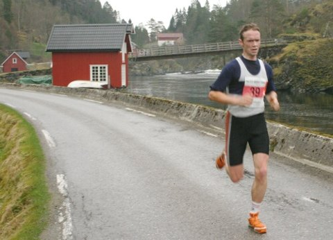 SOLO: helge Hafsås var suveren i maraton i Rett Vest. Her på veg ut Nordalsfjorden i einsam majestet. (Foto: Arve Solbakken)