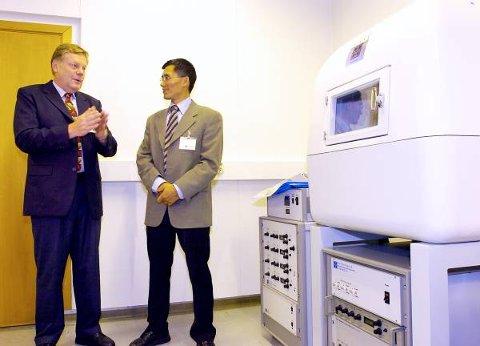Ved hjelp av denne maskinen skal norske forskere avsløre hemmelighetene til alle slags materialer. Professor Zhiliang Zhang leder det nanomekaniske instituttet ved NTNU i Trondheim.