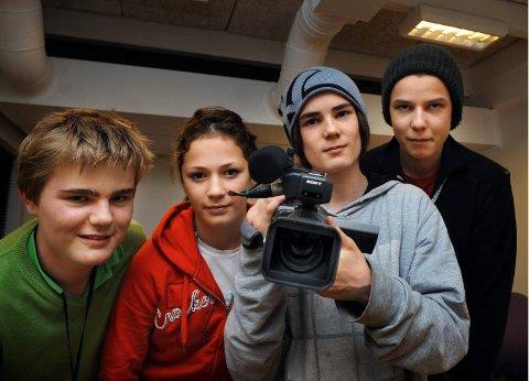 VIL FORTSETTE: Ungdommene ved filmverkstedet håper inderlig at politikerne i Gjøvik ikke legger ned tilbudet. Fra venstre Fredrik Gulbrandsen (15), Heidi Solberg (15), Amund Hasle (14) og Håkon Edland Egge (15).foto: brynjar eidstuen
