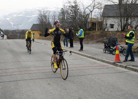 VANT: Mosjøsyklisten Tom Eriksen syklet over mål et drøyt sekund foran Trond Vegard Seivåg, Bodø Cykleklubb.