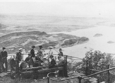 utsikt: Kongens utsikt i 1880 i flotte dresser og hatter og kjoler.Fylkesfotografen i Buskerud