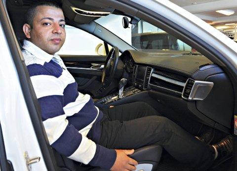 HUSK KUPEEN: Hawal Said ved Askim Autosalg as er klar på at det vil lønne seg å vaske bilen innvendig regelmessig.