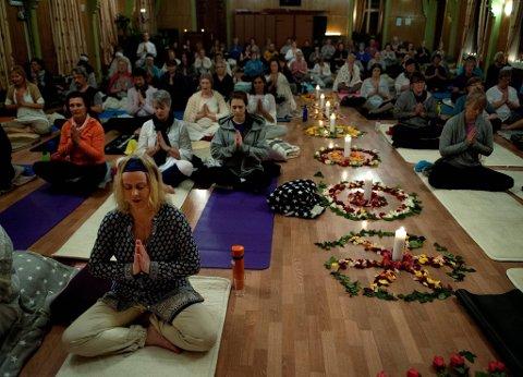 YOGA-FEBER: Oppunder 100 personer deltok på onsdagens workshop i festsalen på Gjøvik Arbeidersamfund.Foto: Asbjørn Risbakken