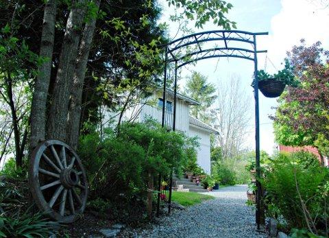 visningshage: Hagen er hobby, men fungerer også som visningshage for kunder i gartneriet.
