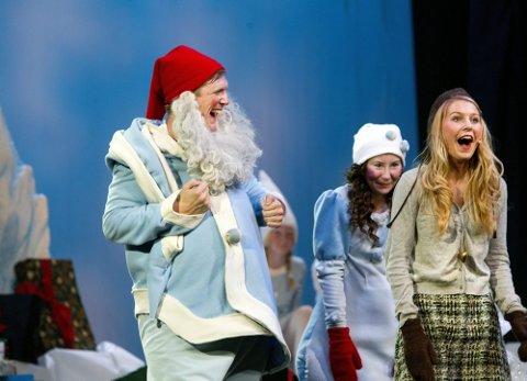 PÅ GAMLEMÅTEN: Julestemning basert på et klassisk, norsk teaterstykke, med Magnus Skjervold som nissefar og Silje Hagrim Dahl som Sonja. FOTO: ROAR GRØNSTAD