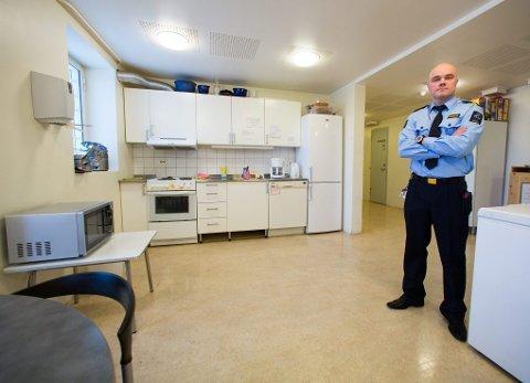 OPPHOLDSROM: På dette kjøkkenet kan de innsatte lage sin egen mat. Hver uke får de 500 kroner til handling på butikken.