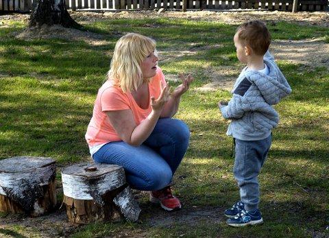 døv i en hørende verden: Barnehageassistent Henriette K. Thorstensen regnes som en stor ressurs for Viken barnehage. Etter at hun begynte der har både personalet og barna lært mye tegn til tale. Her kommuniserer hun med Dominikas (2 1/2 år) fra Litauen. Foto: Brynjar Eidstuen
